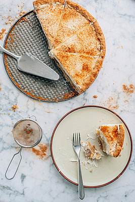 Apple wine tart with cream and cinnamon - p300m978804f by Ina Peters