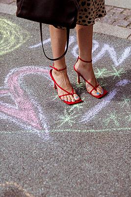 Stylische Frau in High Heels - p432m2125177 von mia takahara