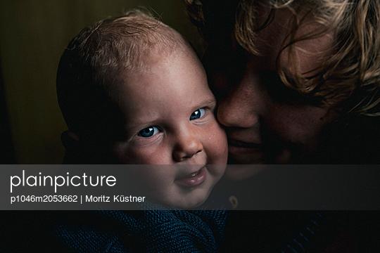 Mother and son - p1046m2053662 by Moritz Küstner