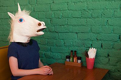 Einhorn im Restaurant - p045m1223171 von Jasmin Sander