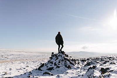 Man standing on outcrop, Llyn y Fan Fach, Brecon Beacons, Wales - p429m1014502 by Philippa Langley