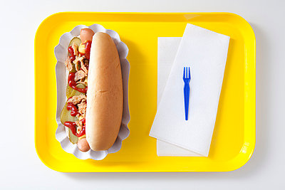 Hot dog on a yellow tray - p4541093 by Lubitz + Dorner