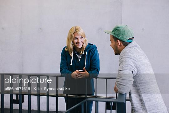 Zwei junge Leute mit Smartphone - p586m971618 von Kniel Synnatzschke
