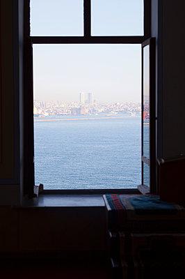 geöffnetes Fenster mit Blick aufs Meer - p045m1492281 von Jasmin Sander