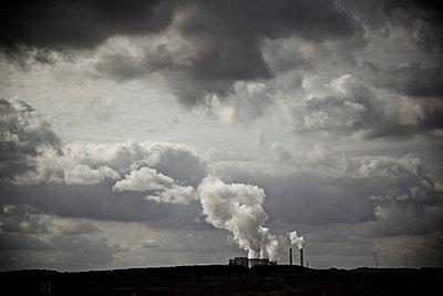 Industrieanlage mit rauchenden Schloten - p586m1004329 von Kniel Synnatzschke