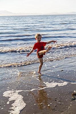 Kleiner Junge spielt am Strand - p756m1496105 von Bénédicte Lassalle