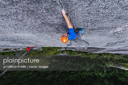Man crack rock climbing in Squamish view from top exposed multipitch - p1166m2191880 by Cavan Images