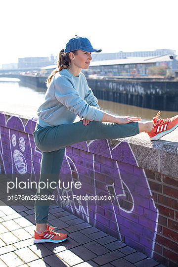 Woman jogging in Hamburg - p1678m2262242 by vey Fotoproduction