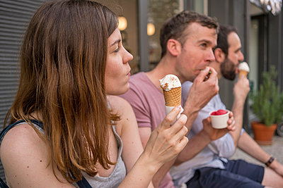 Group of entrepreneurs having ice cream break - p429m2075195 by Tamboly