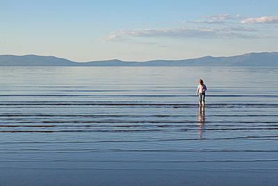 Mädchen am Lake Tahoe - p712m1466315 von Jana Kay