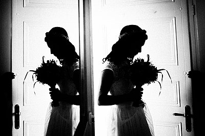 Silhouette of young woman with bridal bouquet - p1616m2187739 by Just - Schmidt