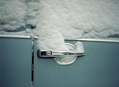 Verschneite Autotür - p6060488 von Iris Friedrich