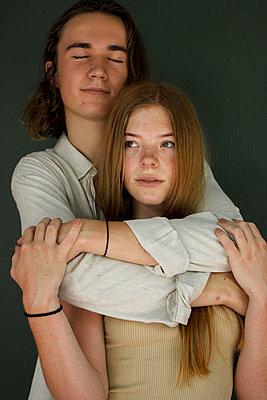 Teenage couple in love, portrait - p1640m2245814 by Holly & John