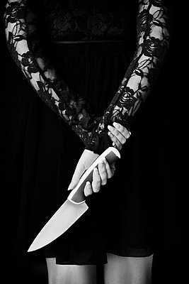 Woman holding knife in her hands - p1695m2290932 by Dusica Paripovic