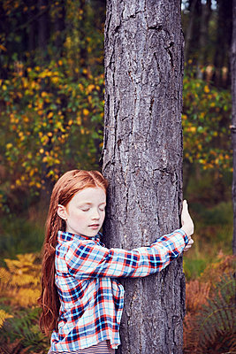 Young girl, hugging tree - p429m1408278 by Emma Kim