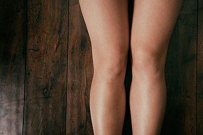 Close up of a young woman's legs  - p794m1538519 by Mohamad Itani