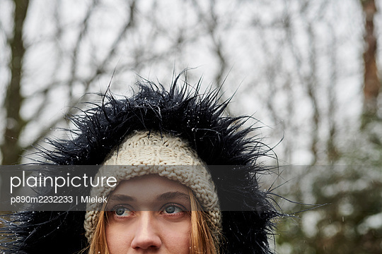 Frau im Winter - p890m2232233 von Mielek