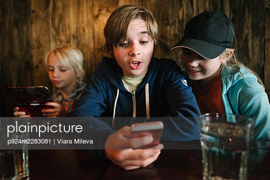 USA, California, San Francisco, Children looking at smart phones - p924m2283081 by Viara Mileva