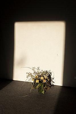 Verwelkter Blumenstrauß in der Sonne - p1611m2184060 von Bernd Lucka