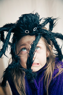 Little girl with toy spider on her head - p300m1188569 by Sandra Roesch