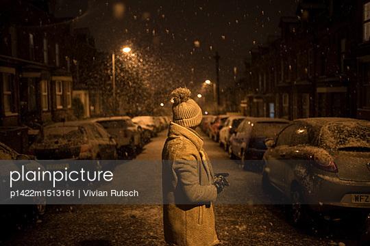 Junge Frau im Schnee - p1422m1513161 von Vivian Rutsch