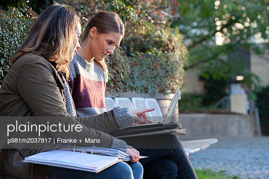 Zusammen lernen - p981m2037817 von Franke + Mans