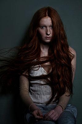 Mädchen mit roten Haarten sitzend - p1146m1004529 von Stephanie Uhlenbrock