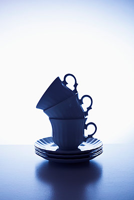 Stack of coffee cups - p1149m2027190 by Yvonne Röder