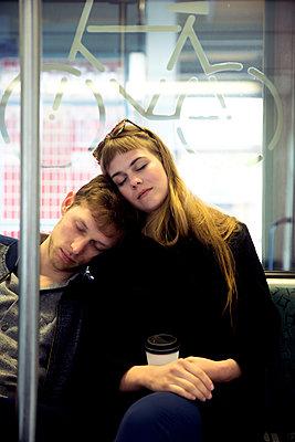 Junges Paar in der Bahn - Eingeschlafen - p1212m1138833 von harry + lidy