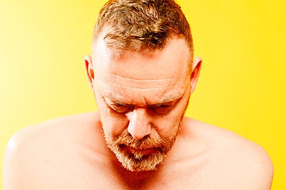 Red-haired man in front of yellow background, portrait - p1267m2272510 by Jörg Meier