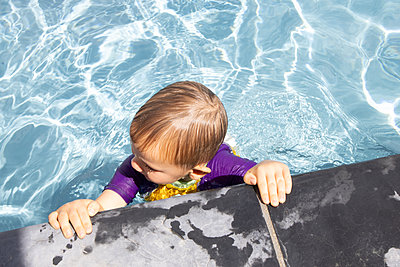 Little boy in a swimming pool - p1640m2254812 by Holly & John