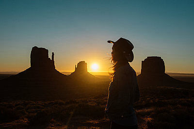 USA, Utah, Woman enjoying sunrise in Monument Valley - p300m1587673 von Gemma Ferrando