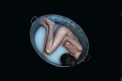 Woman in zinc tub - p427m1195655 by R. Mohr
