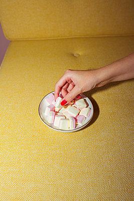 Frau isst heimlich Marshmallows - p432m2119395 von mia takahara