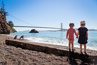 Two children at San Francisco beach  - p756m1461767 by Bénédicte Lassalle