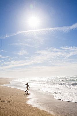 Girl playing on the beach, California, USA - p756m2053384 by Bénédicte Lassalle