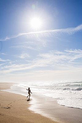 Mädchen spielt am Strand, Kalifornien, USA - p756m2053384 von Bénédicte Lassalle