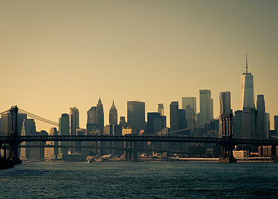 Brooklyn Bridge against skyline of New York City - p758m2222556 by L. Ajtay