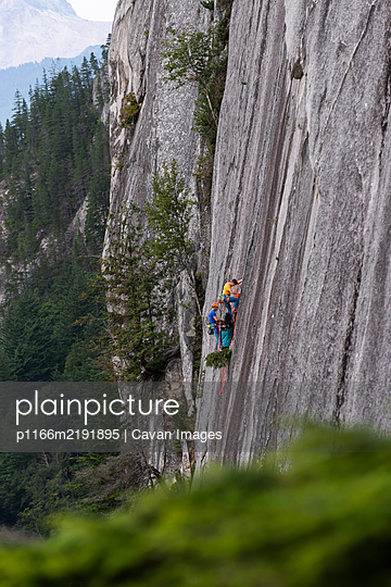 Two men big wall climbing on the Chief Squamish with haul bag - p1166m2191895 by Cavan Images