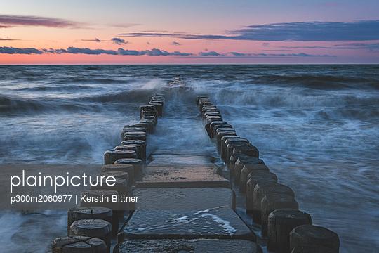 Germany, Mecklenburg-Western Pomerania, Darss, Ahrenshoop, West beach, groyne in evening light - p300m2080977 by Kerstin Bittner
