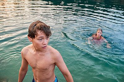 Kinder baden im See - p1012m1168956 von Frank Krems