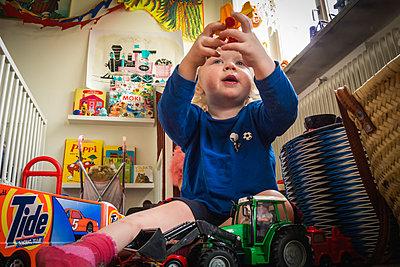 Little boy playing with toys - p1418m2007555 by Jan Håkan Dahlström