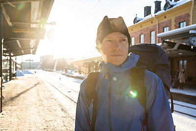 Man waiting for a train at the railway station - p1687m2277796 by Katja Kircher