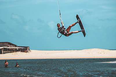 Brazil, Kite surfing - p986m2227406 by Friedrich Kayser