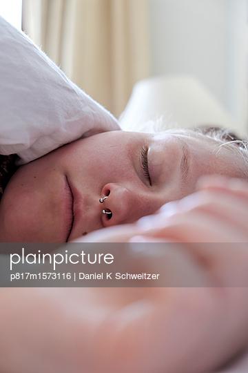 Schlafende junge Frau - p817m1573116 von Daniel K Schweitzer