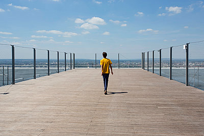 Teenager walking on the Grand Arch's viewing platform - p445m1452429 by Marie Docher