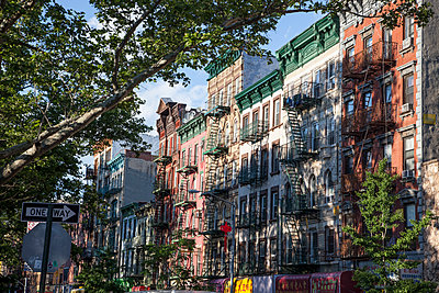 Sonnige Straße in Manhattan - p880m2110443 von Claudia Below