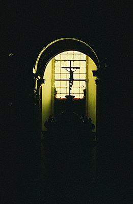 Kreuz mit Christus in einem Kirchenfenster - p9791109 von Holger Gruss