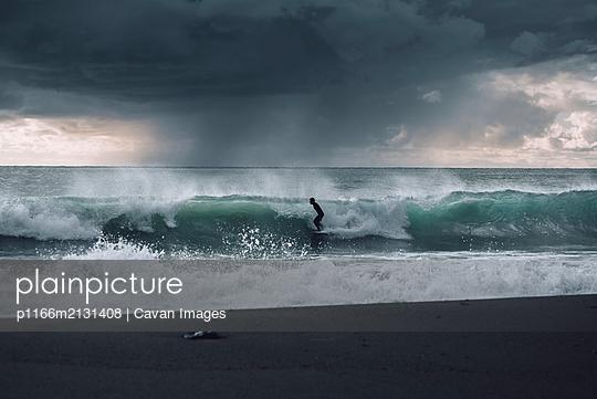 Cold surf session - p1166m2131408 by Cavan Images