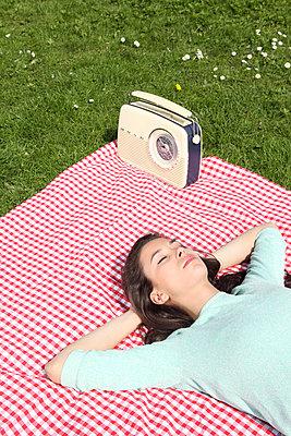 Picknick auf der Alsterwiese - p045m813659 von Jasmin Sander